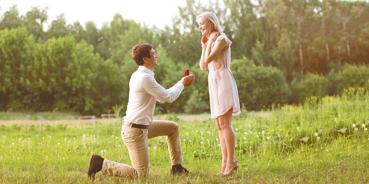 Открытка мужчина на коленях перед женщиной